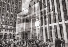 The iconic glass cube of the Apple Store in New York is back