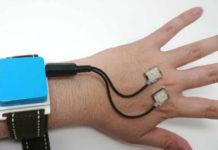 Piezoelectric elements on the hand recognize gestures using ultrasound